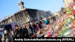 Люди вшановують Героїв Небесної Сотні, Майдан Незалежності, Київ, 7 березня 2014 року