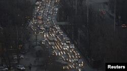 Алматы көшесіндегі көлік кептелісі. 6 наурыз 2015 жыл. (Көрнекі сурет.)