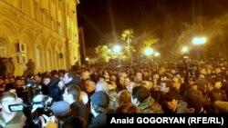 На площадке перед парламентом в Сухуме, где сегодня заседала комиссия, было многолюдно