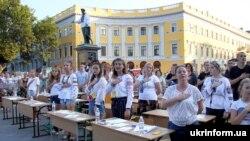 Одесские школьники во время массового диктанта по украинскому языку, 25 августа 2019