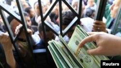 Билігін сақтап қалмақ болып жанталасқан Ливиядағы саяси режим жан басына ақшалай 400 АҚШ долларын үлестіре бастады. Триполи, 28 ақпан 2011 жыл