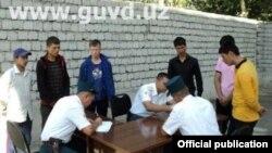 Ташкенттегі полиция рейді. Өзбекстан, 6 тамыз 2017 жыл.