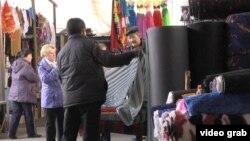 Торговля на рынке, именуемом в народе барахолкой. Алматы, апрель 2014 года.