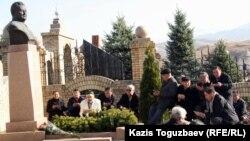 На могиле оппозиционного политика Заманбека Нуркадилова. Алматы, 12 ноября 2012 года.