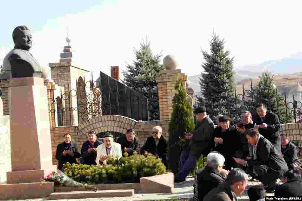 Родные и соратники Заманбека Нуркадилова на его могиле. Алматы, 12 ноября 2012 года.