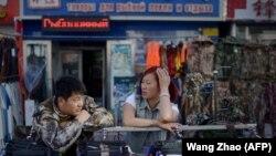 Продавцы в китайском городе Хэйхэ, расположенном на берегу Амура напротив Благовещенска