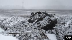 Подбитый сепаратистами танк украинской армии вблизи Угрегорска, 9 февраля 2015