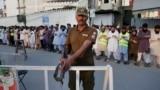 Pakistan. Goragda duran polisiýa ofiseri. Arhiw suraty