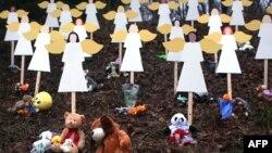 """Фигурки ангелов у школы """"Сэнди Хук"""", декабрь 2012 года"""