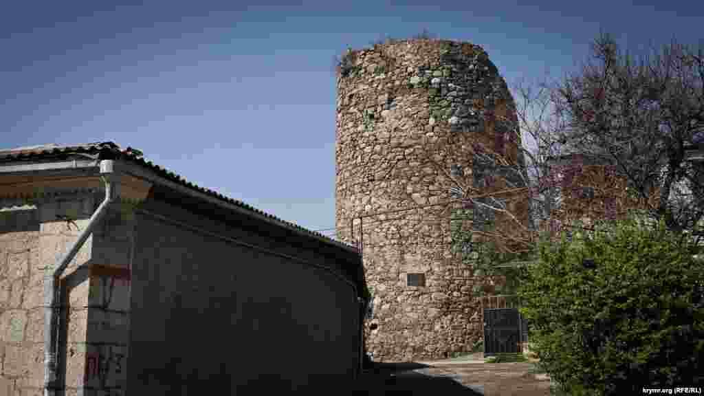 Вид на единственную, так называемую нижнюю, башню Алустона с восточной стороны.