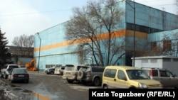"""Бывший станкостроительный завод, в одном из цехов которого собирался автомобиль """"Тулпар"""". Алматы, 14 марта 2012 года."""