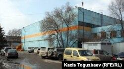 """""""Тұлпар"""" көлігі құрастырылған бұрынғы станок құраушы зауыттың сыртқы көрінісі. Алматы, 14 наурыз 2012 жыл."""