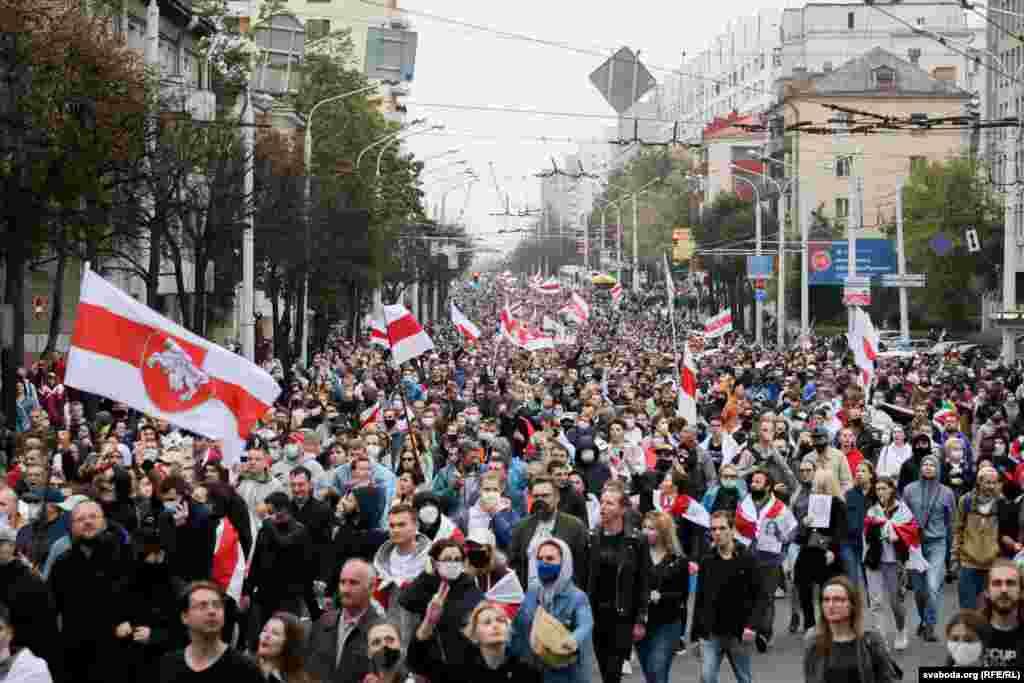 Марш на ўсю шырыню вуліцы Сурганава