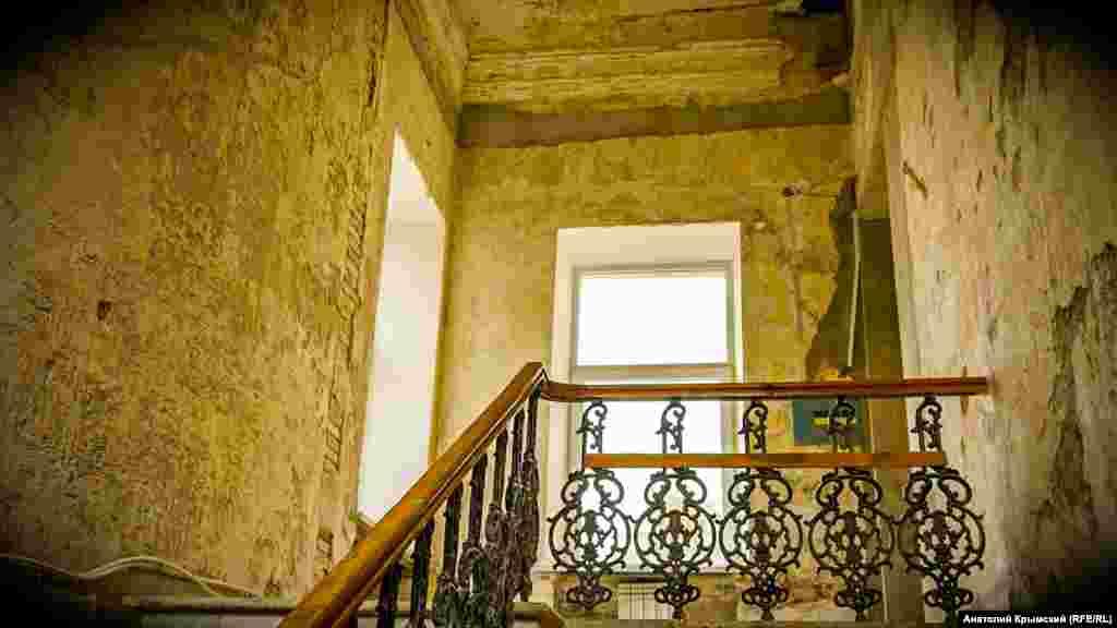 На лестничном пролете реставраторы успели снять старую штукатурку