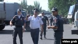 Полиция у здания управления полиции, захваченного вооруженной группой. Ереван, 17 июля 2016 года.