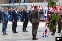 """Командантот на операцијата """"Бура"""", пензионираниот генерал Анте Готовина (лево), хрватскиот претседател Зоран Милановиќ и хрватскиот премиер Андреј Пленковиќ присуствуваа на церемонијата по повод 25-годишнината од воената победа"""