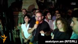 На фоне уличных протестов ярко обозначилась фигура депутата от партии «Гражданский договор» Никола Пашиняна. Его позиция многим понравилась.