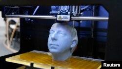 3D-прынтар друкуе скульптуру на выставе ў Гановэры