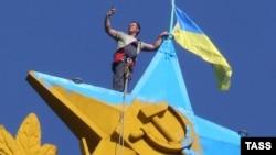 Перекрашенный шпиль звезды высотки на Котельнической набережной в Москве