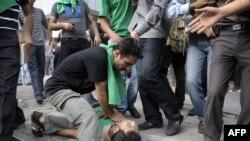 پيش از بازداشت فعالان سياسى در ايران، موج اعتراضات گسترده به نتايج انتخابات رياست جمهورى خيابان هاى تهران را فرا گرفت و به برخى از شهرهاى ايران نيز رسيد.