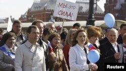 Дмитрий Медведев и Владимир Путин на первомайской демонстрации, 1 мая 2012 года