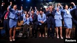 Халықаралық олимпиада комитетінің 2022 жылғы қысқы олимпиаданы Пекинде өткізу туралы шешімін естіген кездегі Қытай ресми делегациясы мүшелерінің қуанышы. Куала-Лумпур, 31 шілде 2015 жыл.