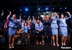 Халықаралық Олимпиада комитетінің 2022 жылғы қысқы Олимпиаданы Пекинде өткізу туралы шешімі жарияланған сәттегі Қытайдың ресми делегациясы мүшелерінің қуанышы. Куала-Лумпур, 31 шілде 2015 жыл