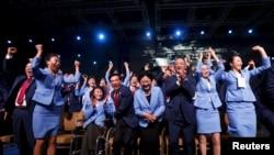 Члены официальной делегации Китая на сессии Международного олимпийского комитета ликуют, услышав, что зимнюю Олимпиаду 2022 года проведёт Пекин. Куала-Лумпур, 31 июля 2015 года.