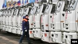 Вантажівки МНС Росії чекають на введення в Україну в Ростовській області Росії, архівне фото