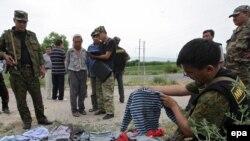 Аскерлер адамдар өлтүрүлгөн жерди издөөдө, Жалал-Абад, 2010-жылдын 17-июну.