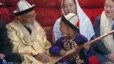 Кыргыз манасчысы Жусуп Мамай (1918--2014) жердештери менен. КЭР.