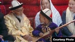 Кытайлык кыргыз манасчысы Жусуп Мамай (1918--2014) жердештери менен. Ак-Чий, КЭР.