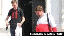 Чарнігаўскі сьвятар Яўген Орда зь беларусам - наведвальнікам бібліятэкі