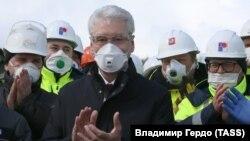 Primarul Moscovei Sergei Sobîanin (centru) la inaugurarea unui nou spital de boli infecțioase pentru tratarea bolnavilor de COVID-19