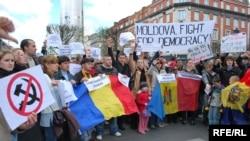 Одна из главных опастностей для молдавской государственности - намечающаяся конфронтация с Румынией.