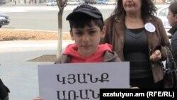 Հեմֆիլիայով հիվանդ երեխան մասնակցում է բողոքի ակցիային Կառավարության շենքի դիմաց, 14 ապրիլ, 2011
