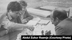 Абдул Зухур Размджо (зьлева) заінтэлектуальнай гульнёй, 1985 год