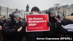 Не се страхувам от дядото от бункера, пише на този плакат в Москва.