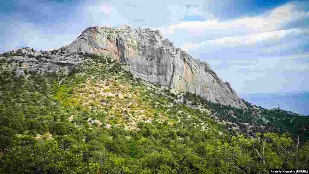 Мальовнича гора Сокіл або Куш-Кая («пташина скеля» – з кримськотатарської) розділяє місто Судак і селище Новий Світ