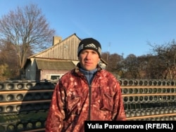 Виктор Монченко на фоне своего дома