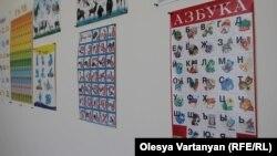 В докладной записке Сталину «О проблеме Абхазии» первый секретарь ЦК Компартии Грузии писал о необходимости перевода абхазских школ на грузинский язык обучения