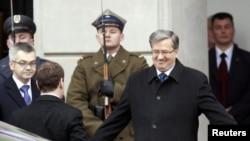 Польшанын президенти Бронислав Коморовски Орусиянын мамлекет башчысы Дмитрий Медведевди кучак жайып тосуп алды, Варшава, 6-декабрь, 2010