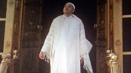 Главный герой фильма «Так сложились звезды» под чудесным образом пошедшим дождем во время хаджа в Мекку. Кадр из фильма.
