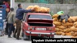 """Бишкектеги """"Сары-Өзөн"""" дыйкан базарындагы картөшкө саткандар. 11-октябрь, 2018-жыл."""