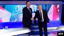 Кандидати на президента Польщі Ярослав Качинський (праворуч) та Броніслав Коморовський під час теледебатів у Варшаві за чотири дні до другого туру президентських виборів