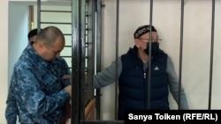 Обвиняемый в поддержке запрещенного в Казахстане движения «Демократический выбор Казахстана» (ДВК) Серик Жахин (справа) на процессе по его делу. 16 сентября 2019 года.