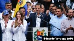 Venesuela müxalifətinin lideri Juan Guaido tərəfdarları arasında.