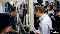 Алексей Навальный прощается с братом, который был взят под стражу в зале суда
