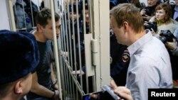 3,5 жылга шарттуу кесилген Алексей Навальный бир тууганы, 3,5 жылга түрмөгө соттолгон Олег Навальный менен өкүм чыккандан кийин. 30-декабрь, 2014-жыл.