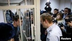 Алексей и Олег Навальные после оглашения приговора